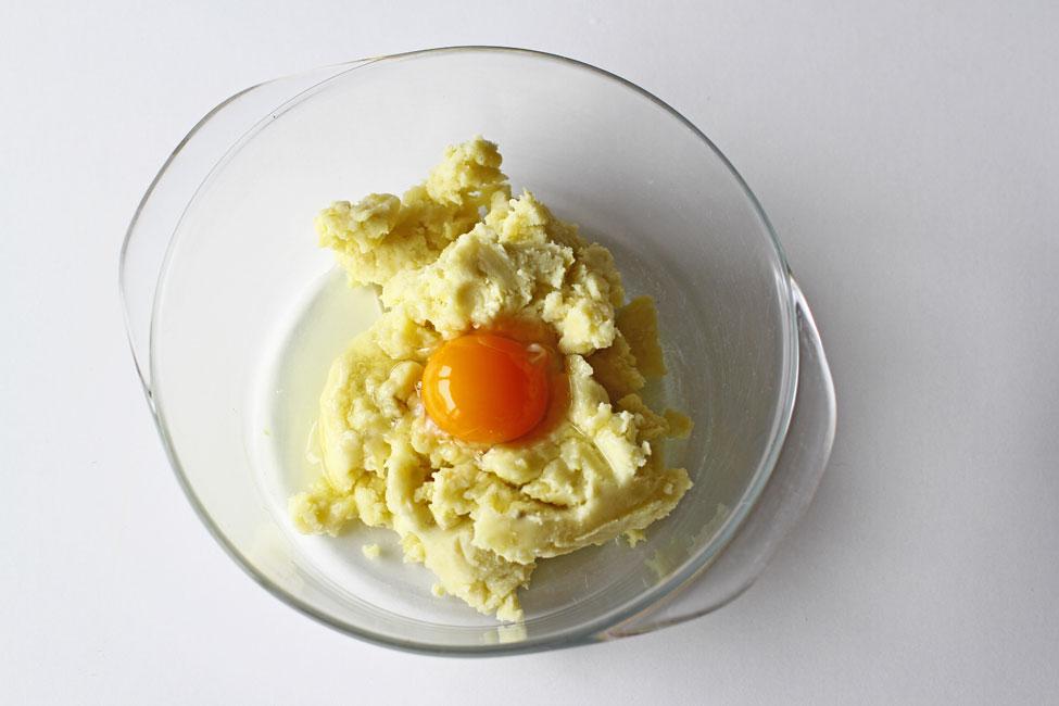 preparare-galuste-de-cartofi-reteta-garnitura-pentru-friptura-cu-sos-adaugarea-oului