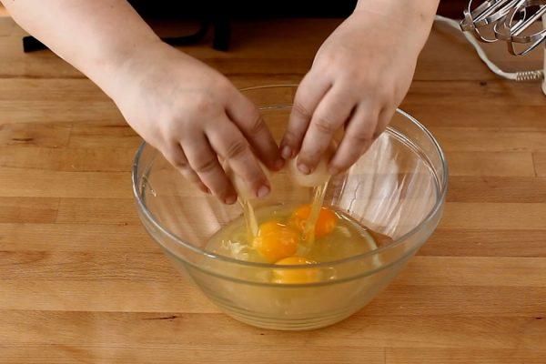 prepararea-aluatului-pentru-foi-cu-miere-si-nuca