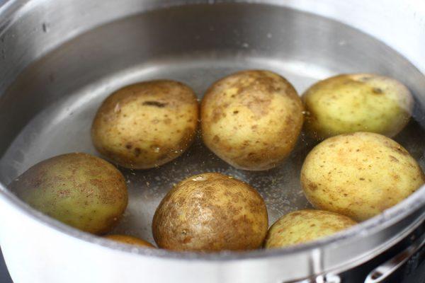 fierbere cartofi