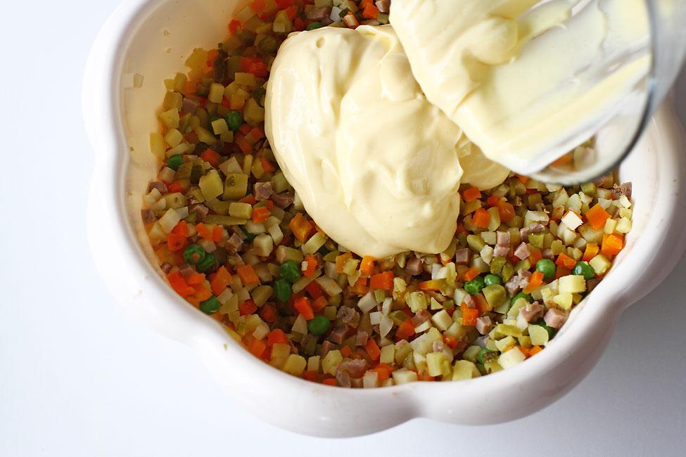 salata-de-boeuf-reteta-pas-cu-pas-adaugarea-maionezei