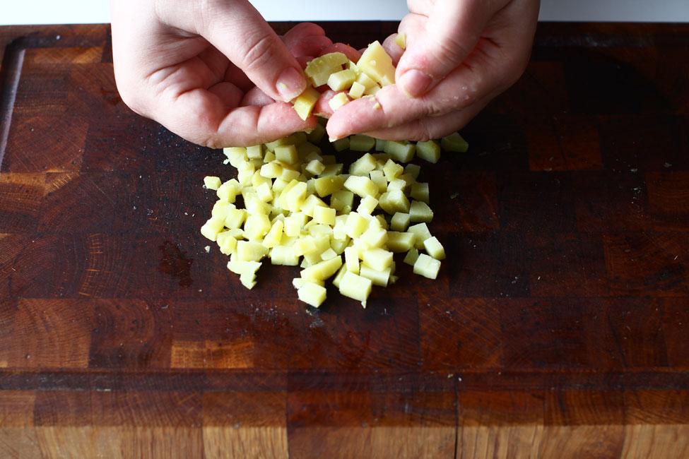 salata-de-boeuf-reteta-pas-cu-pas-cartofi-taiati-cubulete