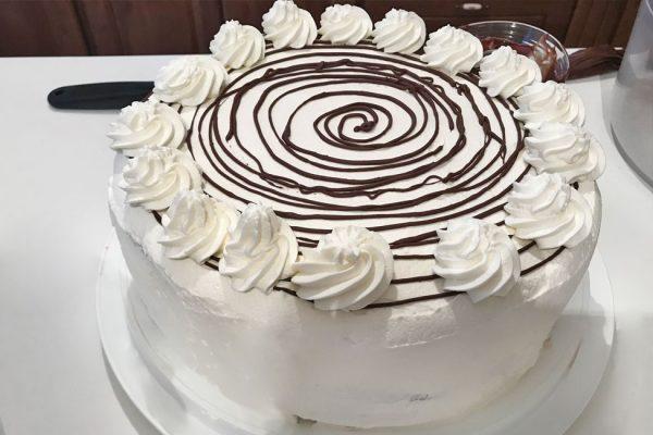 tort-padurea-neagra-cu-ciocolata-si-visine-reteta-cu-poze-pas-cu-pas-tortul-in-curs-de-decorare
