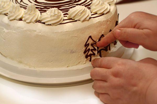 tort-padurea-neagra-cu-ciocolata-si-visine-reteta-cu-poze-pas-cu-pas-tortul-in-curs-de-finisare
