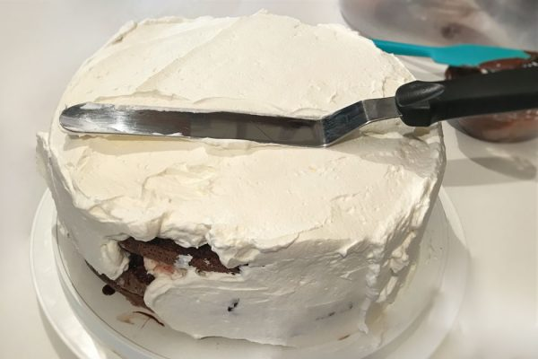 tort-padurea-neagra-cu-ciocolata-si-visine-reteta-cu-poze-tortul-imbracat-in-frisca-batuta