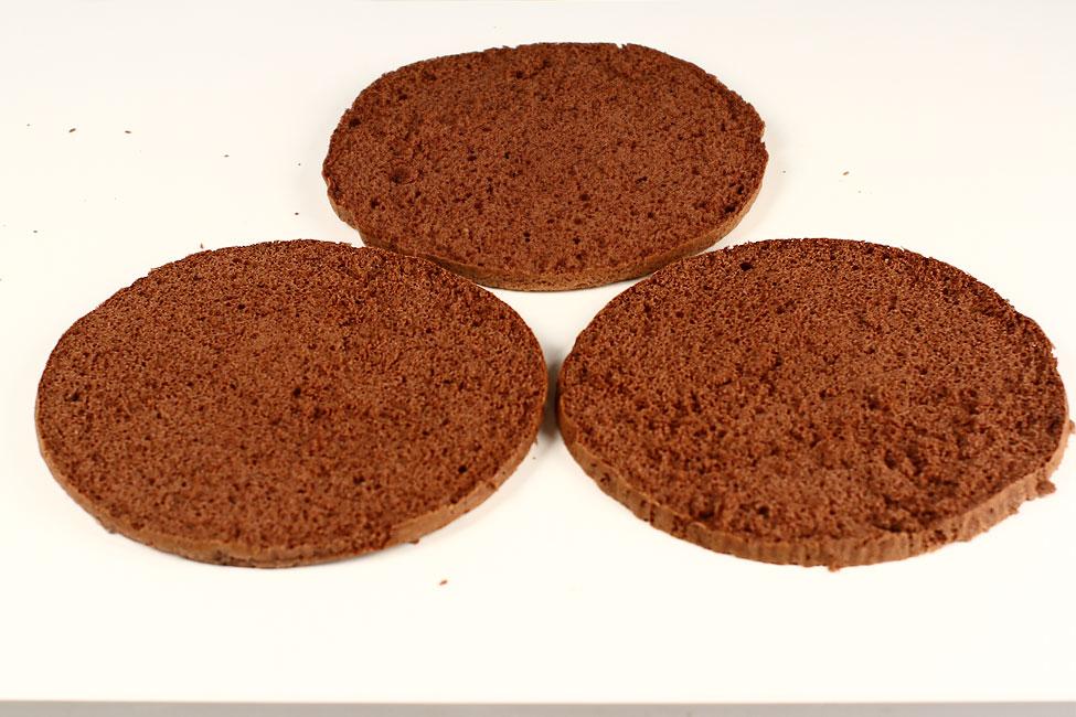 tort-padurea-neagra-cu-ciocolata-si-visine-reteta-pas-cu-pas-blat-cu-cacao-taiat-in-3-straturi