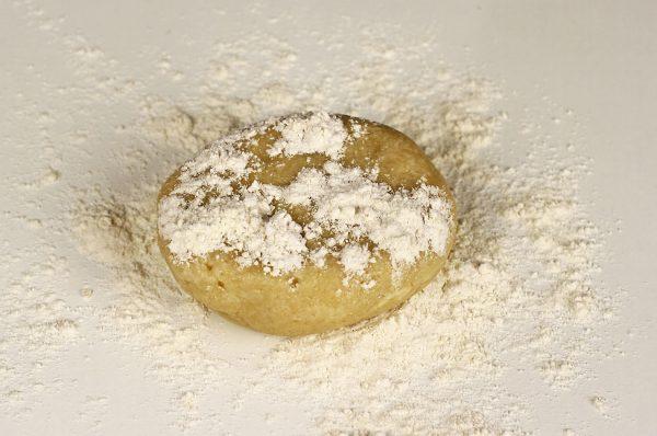 tort-padurea-neagra-cu-ciocolata-si-visine-reteta-pas-cu-pas-preparare-blat-de-aluat-fraged-pentru-baza