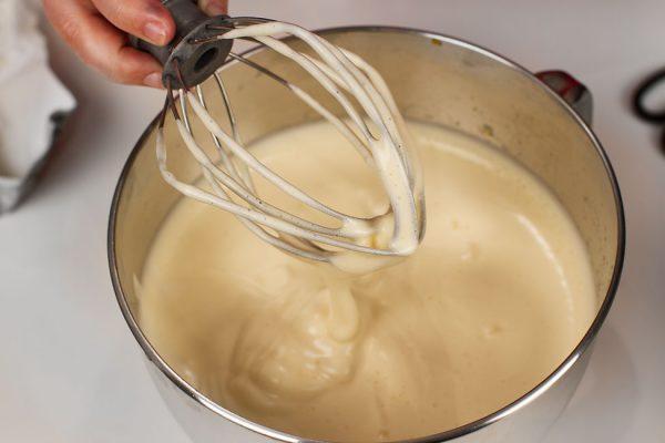 tort-padurea-neagra-cu-ciocolata-si-visine-reteta-pas-cu-pas-preparare-blat-oua-batute-cu-zahar