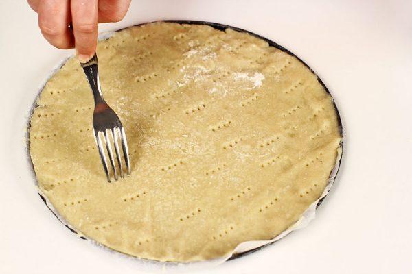 tort-padurea-neagra-cu-ciocolata-si-visine-reteta-pas-cu-pas-preparare-perforare-blat-aluat-fraged-inainte-de-coacere