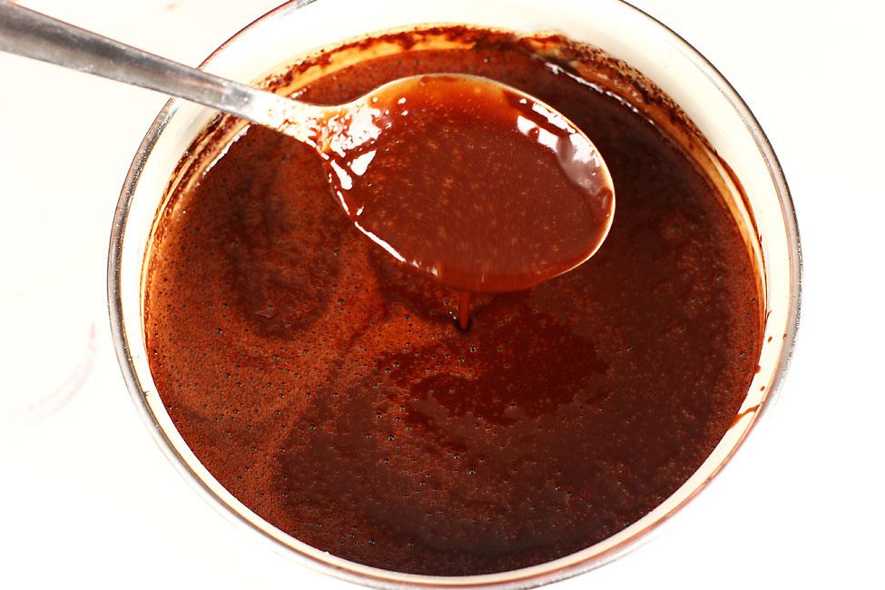 tort-padurea-neagra-cu-ciocolata-si-visine-reteta-pas-cu-pas-sirop-de-ciocolata-cu-schnaps-de-cirese