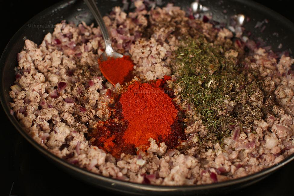 varza-a-la-cluj-condimentarea-carnii