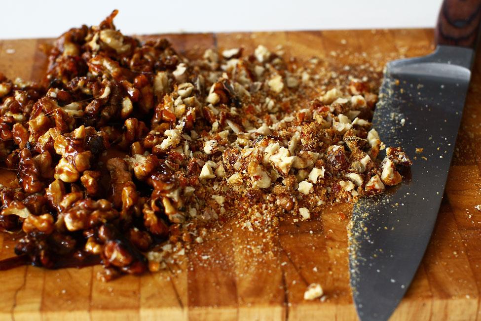 nuci caramelizate tocate cu cutitul griliaj reteta rulada cu crema caramel