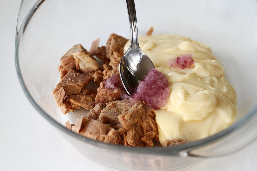pasta-de-peste-ton-reteta-pas-cu-pas-preparare-adaugare-ceapa-rasa-fin