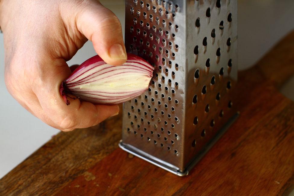 pasta-de-peste-ton-reteta-pas-cu-pas-preparare-pasta-de-peste-radere-ceapa-rosie