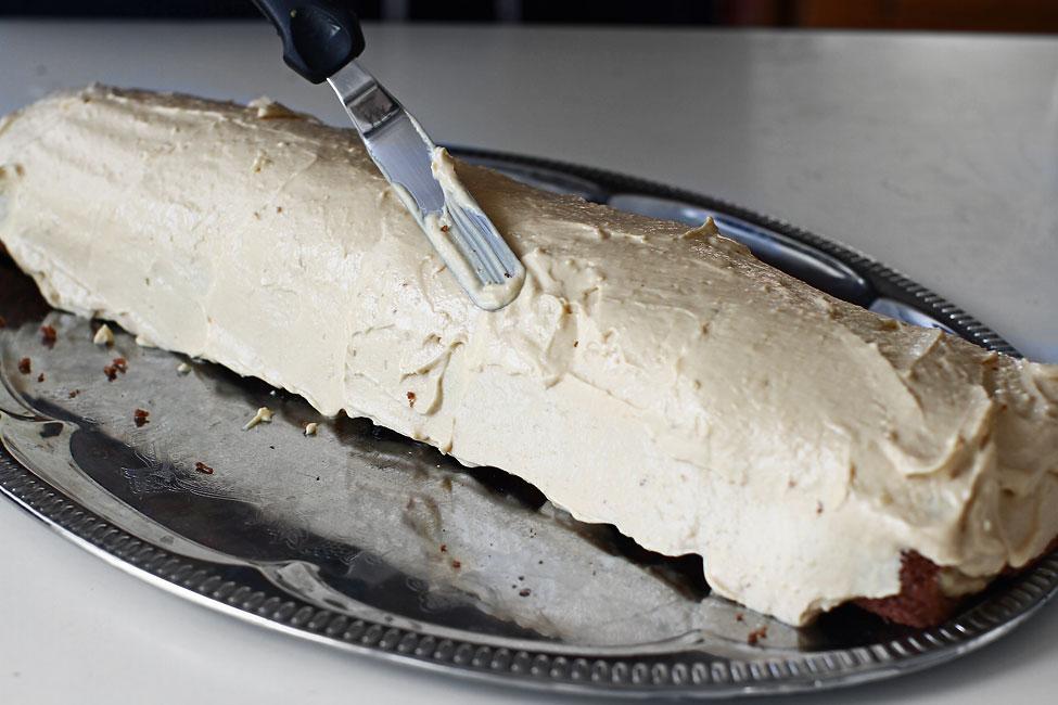 rulada cu crema caramel acoperirea ruladei cu crema reteta prajitura rulada cu crema caramel
