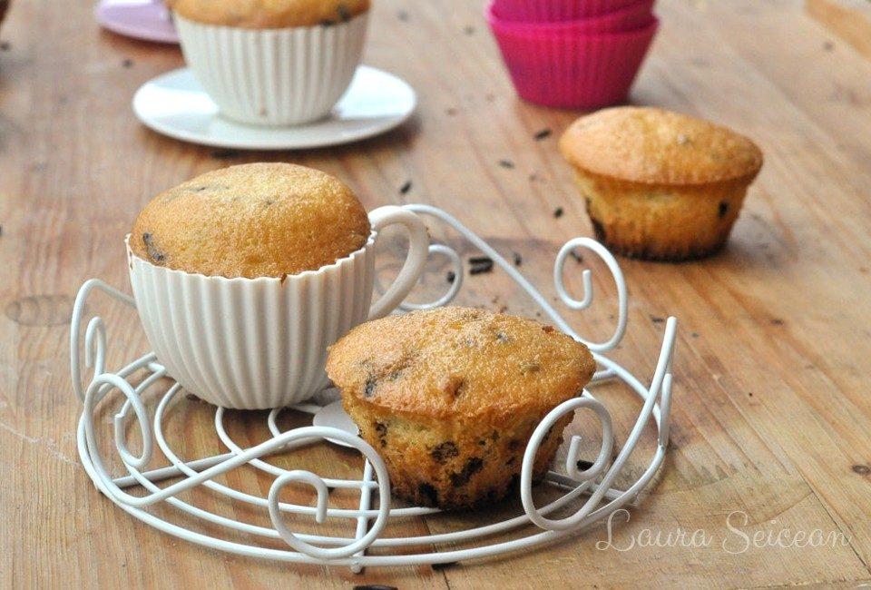 brioșe pufoase cu vanilie și bucățele de ciocolată reteta pas cu pas briose pufoase cu vanilie si bucatele de ciocolata