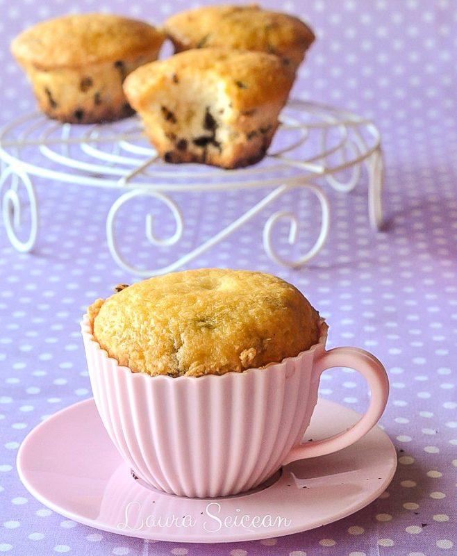 briose pufoase cu vanilie si bucatele de ciocolata reteta culinara reteta briose cu vanilie si bucatele de ciocolata