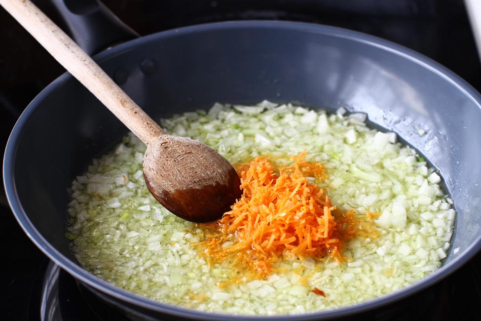 calire ceapa si morcov pentru sarmale de post cu nuca si stafide reteta