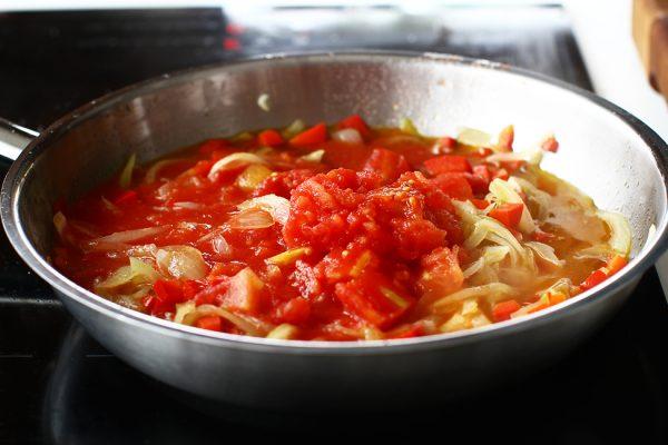 ceapa rosii usturoi si ardei gras calite pentru umplutura de vinete cu legume la cuptor reteta imam bayildi