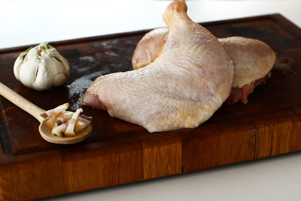 pulpe de pui la cuptor reteta pas cu pas preparare pulpele de pui pregatite cu usturoiul si slanina afumata