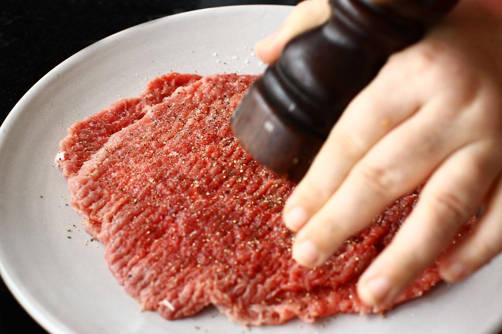 snitel vienez din carne de vita snitel de vitel feliile de carne batute si condimentate