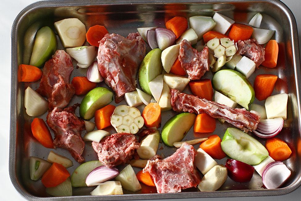 tava cu legume si oase de porc