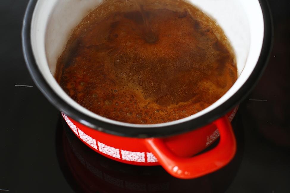 blat de tort cu caramel blat de tort cu zahar ars reteta mod de preparare adaugare apa peste zahar ars