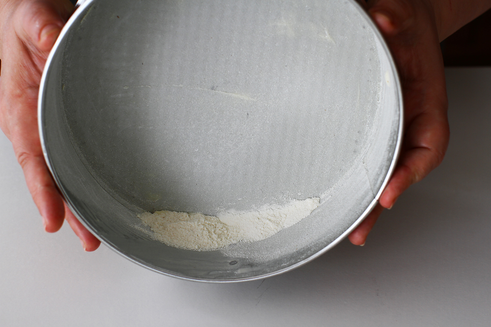 blat de tort cu caramel reteta mod de preparare pregatirea formei