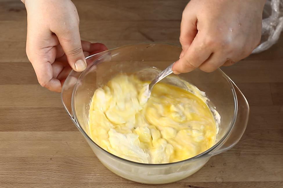ciorba de miel turceasca ciorba dreasa cu galbenusuri si iaurt baterea galbenusurilor cu iaurtul si zeama de lamaie