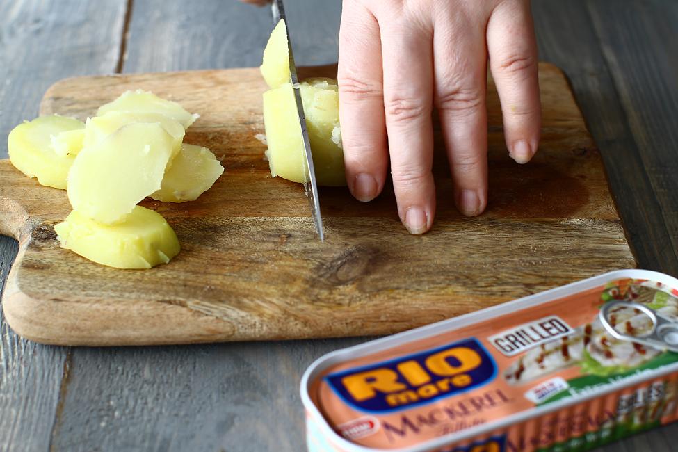 salata de cartofi cu macrou la grill rio mare si fenicul preparare taiere cartofi fierti