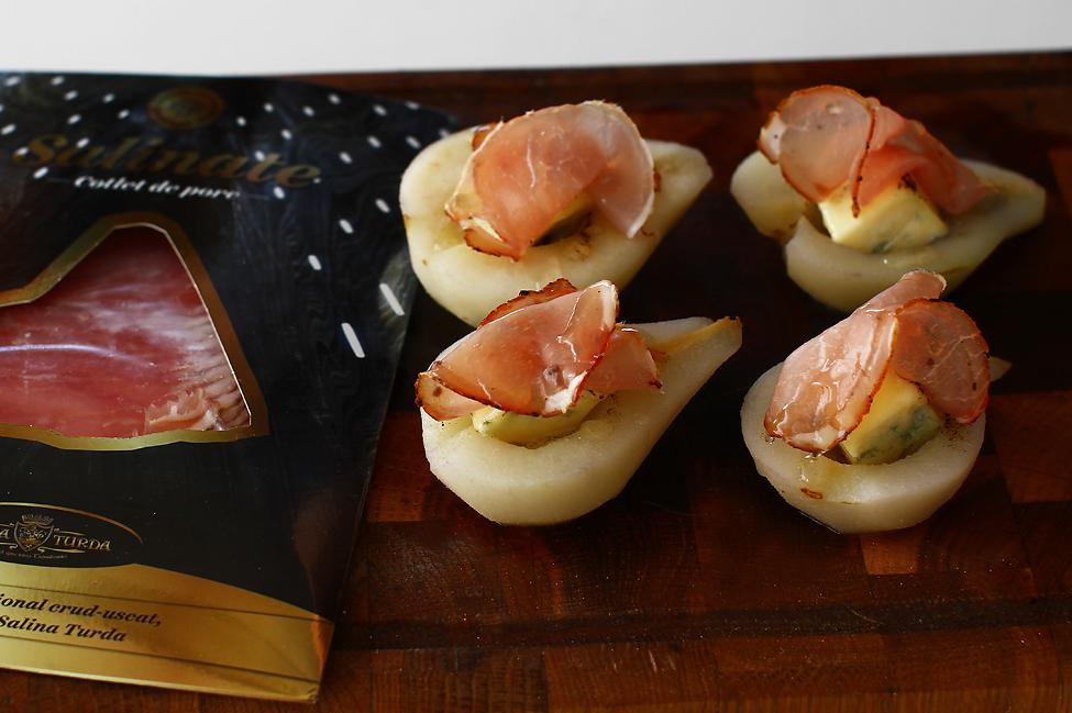 aperitiv festiv pere umplute cu branza cu mucegai nobil cu cotlet de porc crud uscat