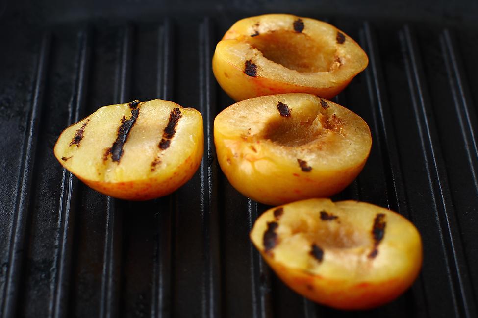 aperitiv festiv prune la grill cu branza de capra si pulpa de porc crud uscata prunele la grill