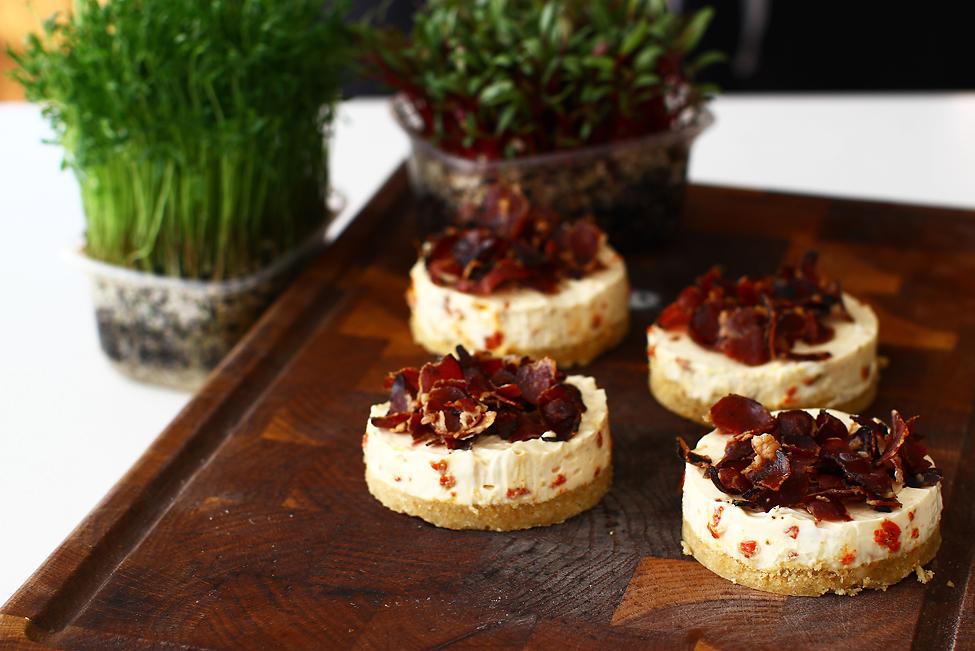 aperitive asortate festive retete aperitive festive asortate cheesecake sarat cu goji uscate si chips crocant de ceafa crud uscata