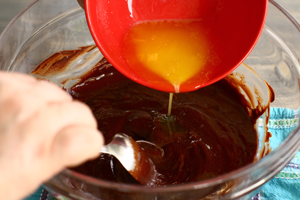 blat de tort umed cu ciocolata reteta pas cu pas adaugarea untului blat umed de ciocolata reteta laura laurentiu