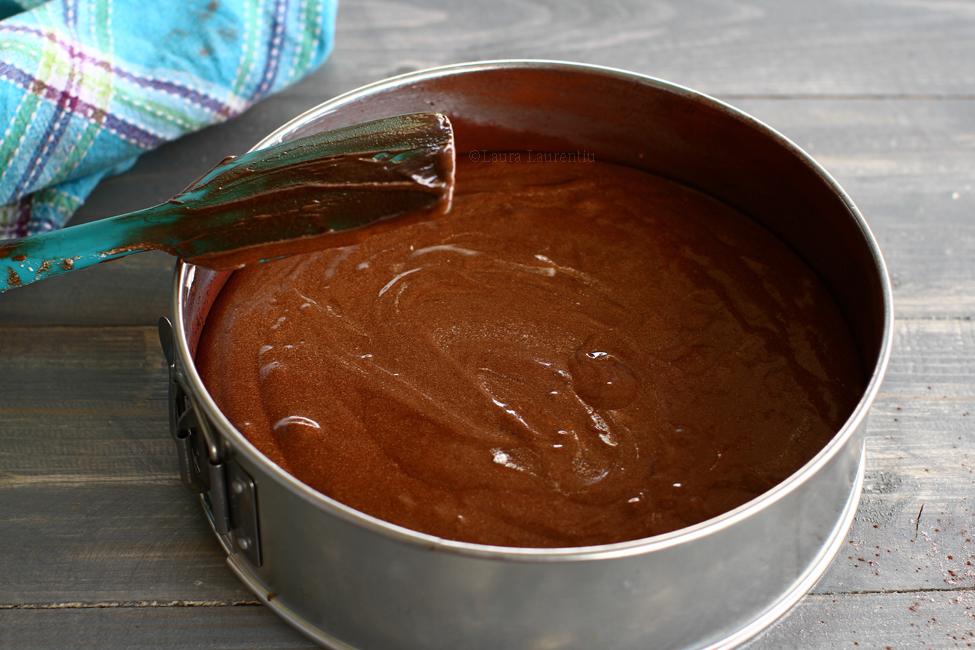 blat de tort umed cu ciocolata reteta pas cu pas compozitia turnata in forma
