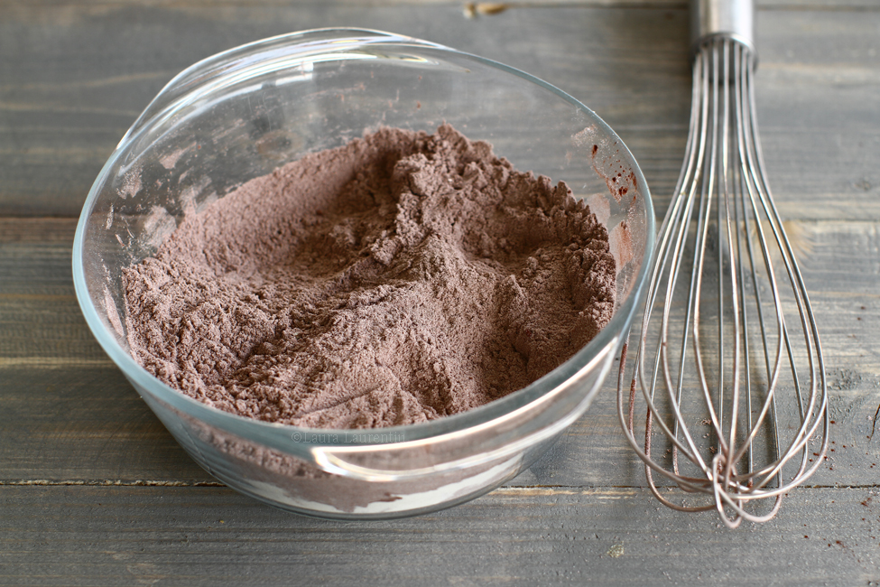 blat de tort umed cu ciocolata reteta pas cu pas laura laurentiu pregatire ingrediente uscate
