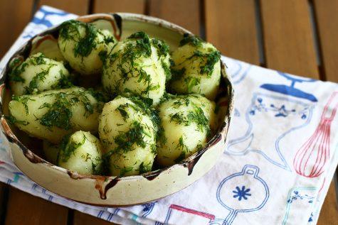 Cartofi noi cu mărar și unt