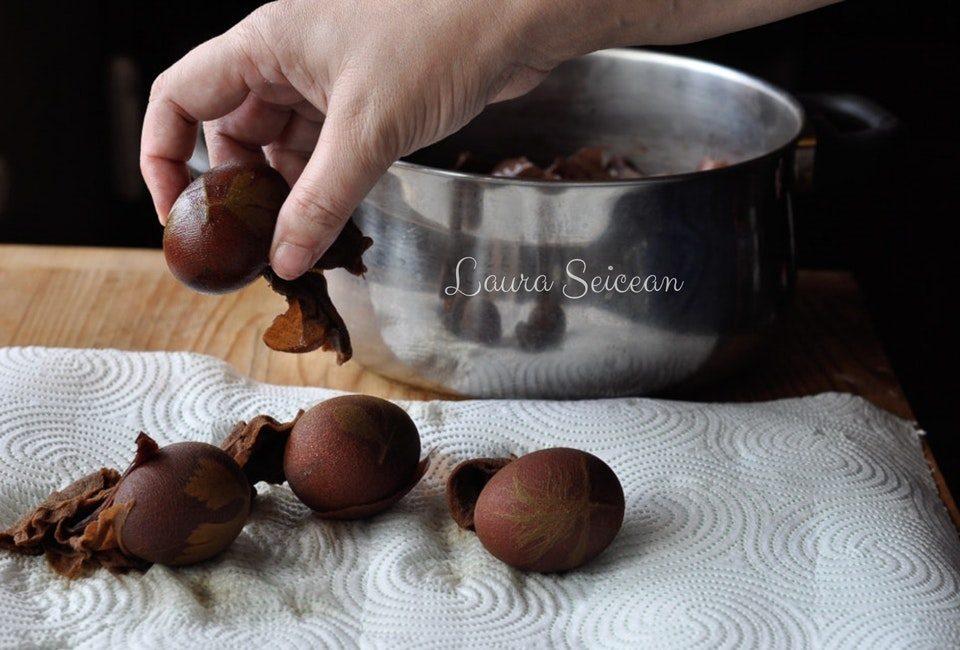 Preparare Ouă vopsite cu coji de ceapă 8
