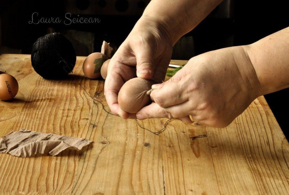 Preparare Ouă vopsite cu coji de ceapă 6