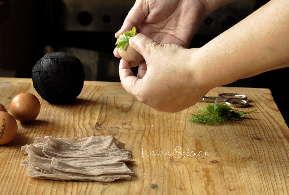 Preparare Ouă vopsite cu coji de ceapă 4