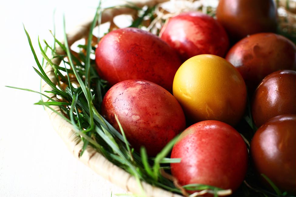 oua de pasti colorate natural cu sfecla turmeric si cafea cum se fac oua de pasti vopsite natural pas cu pas
