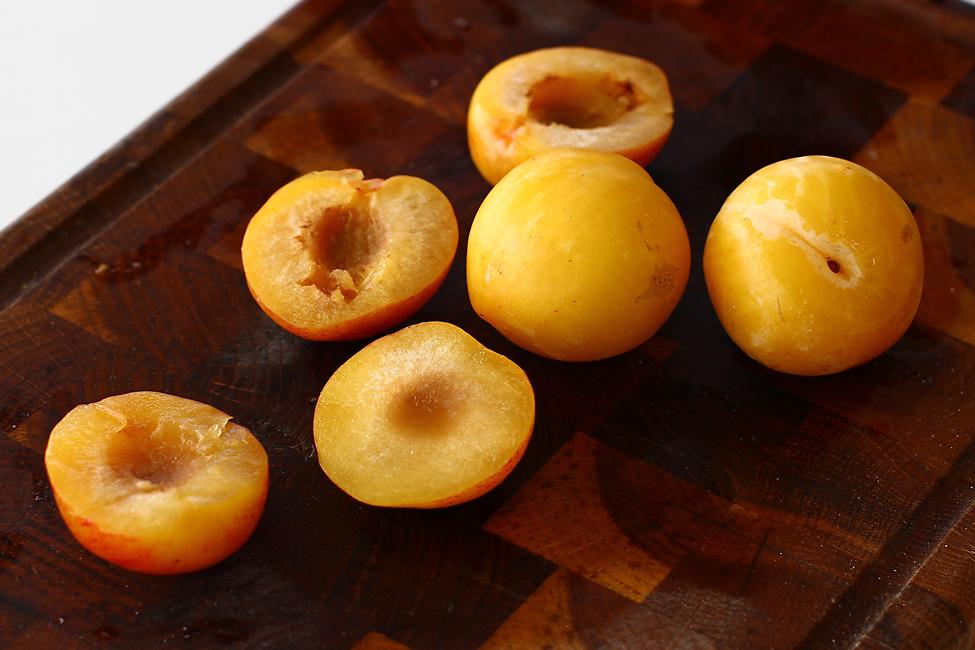 prune pentru aperitiv prune cu branza de capra si pulpa de porc crud uscata