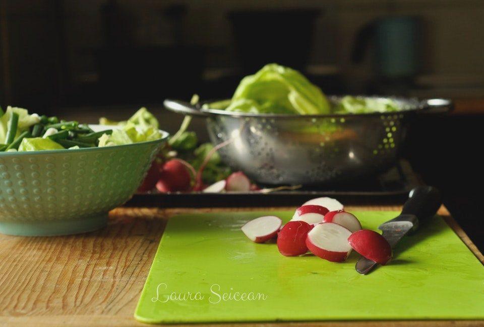 salată verde cu ridichi roșii și ouă fierte