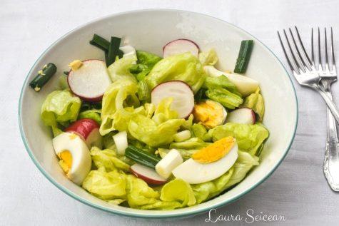 Salată verde cu ridichi și ouă fierte