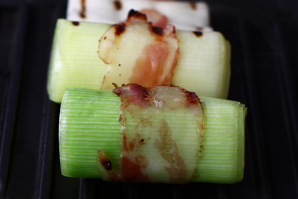 tuburi de praz invelite in piept de porc crud uscat trase scurt pe grill aperitiv praz umplut cu salata de oua