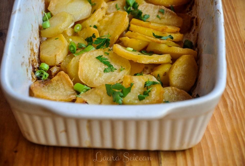 Cartofi noi la cuptor cu usturoi verde