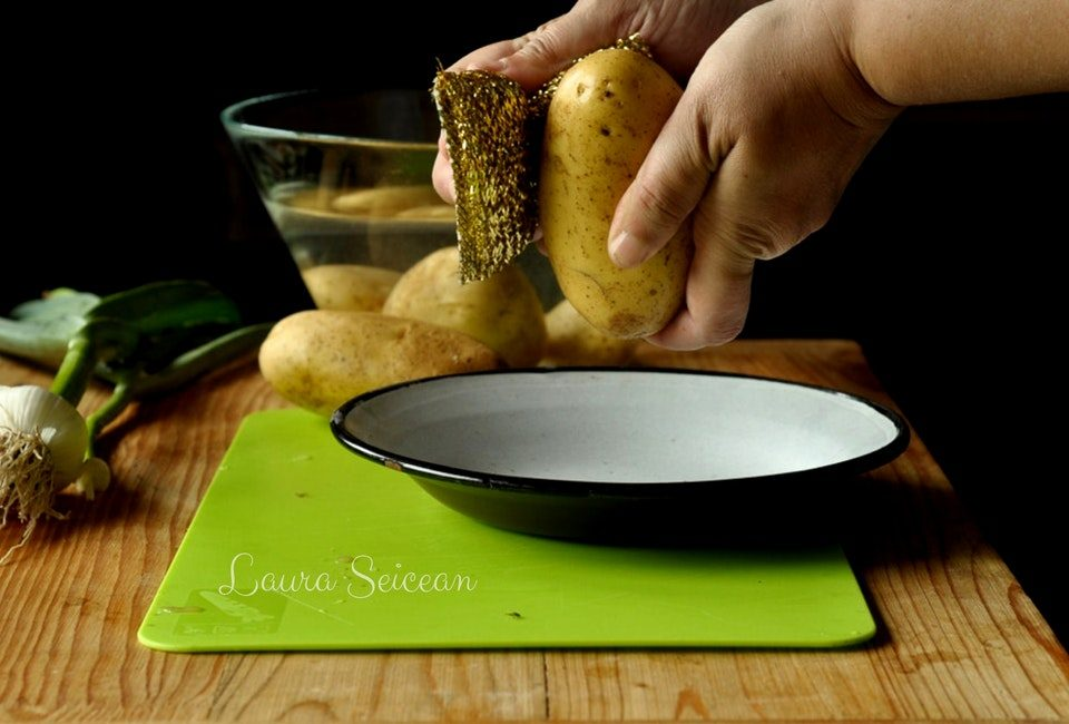 Preparare Cartofi noi la cuptor cu usturoi verde 3
