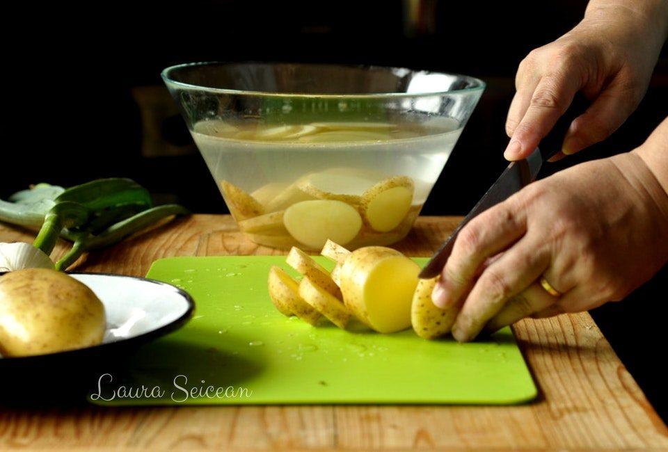 Preparare Cartofi noi la cuptor cu usturoi verde 4