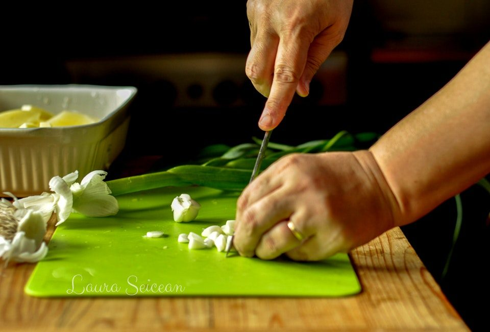 Preparare Cartofi noi la cuptor cu usturoi verde 5