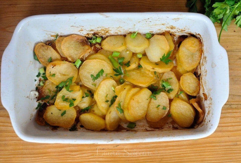 cartofi noi la cuptor cu usturoi reteta