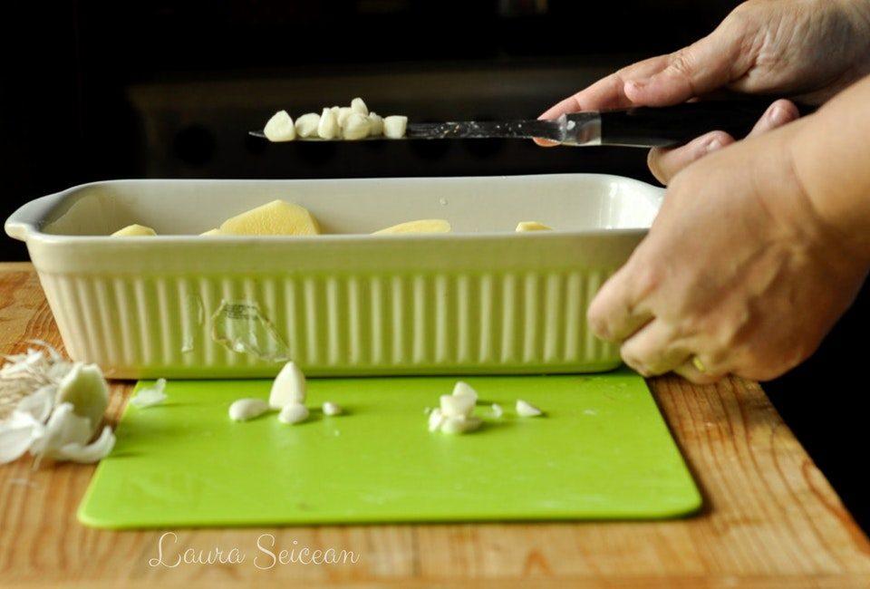 Preparare Cartofi noi la cuptor cu usturoi verde 6